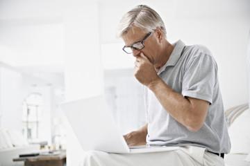 Spanien, Mallorca, Senior, der eine schlechte Nachricht erhalten in Laptop
