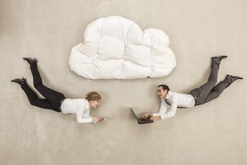 Geschäftsleute mit Laptop und Handy unter Wolke Form Kissen