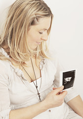 Schwangere Frau mit Ultraschall- Bild, Nahaufnahme