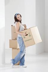 Junge Frau mit Karton