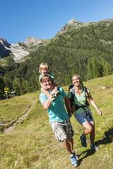 Österreich, Salzburg, Familienwanderung in Altenmarkt Zauchensee