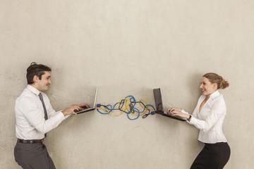 Geschäftsleute mit Laptops mit Drähten verbunden