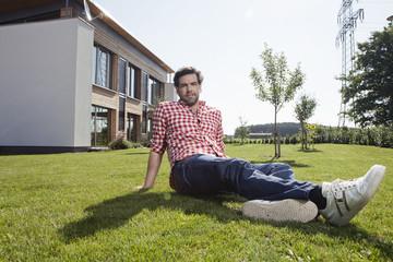 Deutschland, Nürnberg, Mann sitzen im Garten