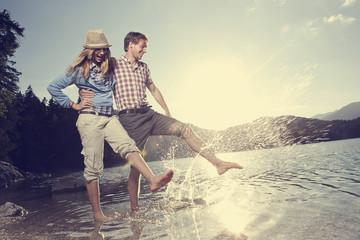 Deutschland, Bayern, Paar spielt im Wasser
