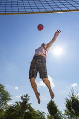 Deutschland, Mann spielen Beach- Volleyball