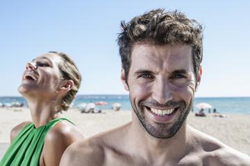 Spanien, Paar sitzt am Strand