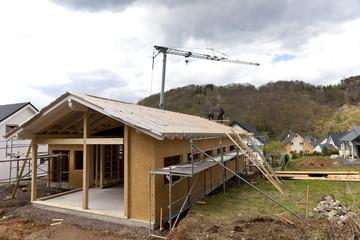 Deutschland, Rheinland-Pfalz, Arbeiter platzieren Dach auf Haus