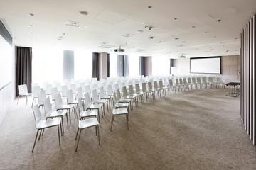 Polen, Warschau, Stühle im Konferenzraum eines Hotels