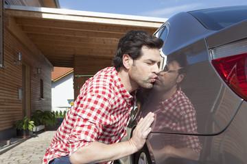 Deutschland, Nürnberg, Mann küssen Auto