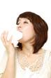 鼻炎を患う女性