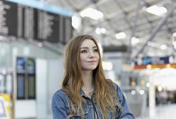 Deutschland, Köln, Teenager-Mädchen am Flughafen