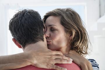 Spanien, Frau küssen Mann