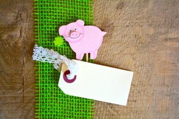 Glücksschwein auf Holzuntergrund