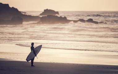 Portugal, Surfer am Strand Praia do Castelejo