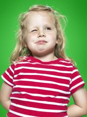 Porträt von funkelnden kleinen Mädchen