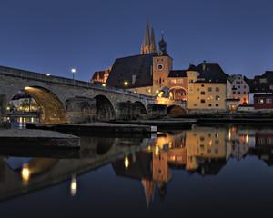 Deutschland, Bayern, Regensburg, Ansicht der alten Steinbrücke überqueren die Donau in der Nacht