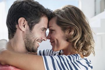 Spanien, Paar umarmen einander in der modernen Wohnung