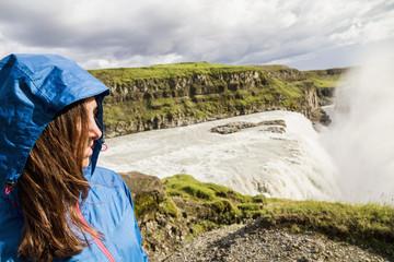 Island, weibliche Touristen am berühmten Wasserfall Gullfoss