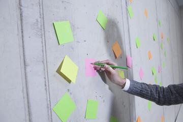 Deutschland, Köln, Geschäftsfrau schriftlich auf Klebstoff Hinweis