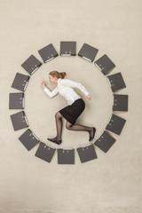 Geschäftsfrau im Kreis von Aktenordner bilden Uhr