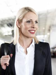 Geschäftsfrau am Flughafen, schauen weg