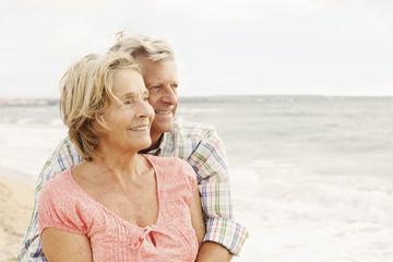 Spanien, Senioren Paar, die auf Strand in Palma de Mallorca