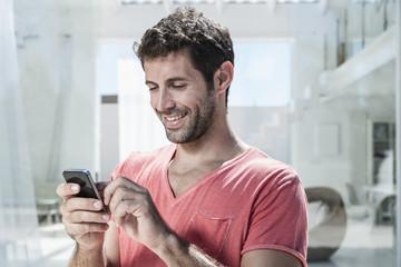 Spanien, Mann mit Handy