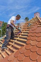 Deutschland, Stuttgart, Mann Schneiden Dachziegel