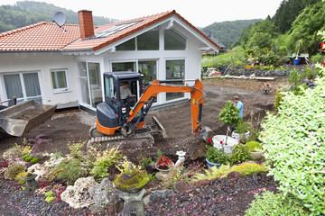 Deutschland, Rheinland-Pfalz, Arbeiter Übertragung Drainagerohr im Hausbau
