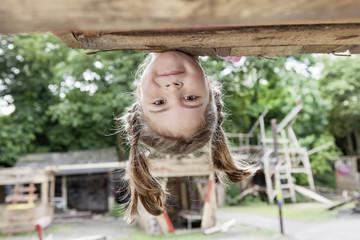 Deutschland, Köln, Mädchen spielen auf dem Spielplatz