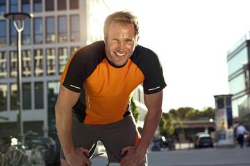Lächeln sportlichen Mann im Freien