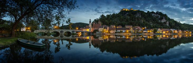 Deutschland, Bayern, Ansicht von Schloss Kallmünz mit Stadt und die alte Steinbrücke über Fluss Naab in der Nacht