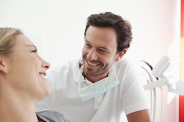 Deutschland, Zahnarzt und Patient in der Klinik