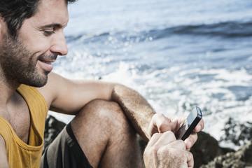 Spanien, Mann mit Smartphone