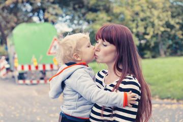 Deutschland, Bonn, Baby küssen Mutter