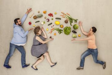 Männer und Frauen mit Essen