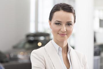 Beim Autohändler, lächelnden Frau
