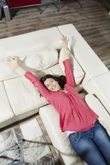 Deutschland, Berlin, Seniorin auf Sofa liegend