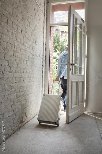 Mann halten Gepäck