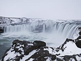 Island, Blick auf Godafoss Falls in Winterlandschaft