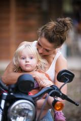 USA, Texas, Mutter und Tochter sitzen auf dem Motorrad