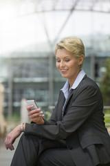 Deutschland, Hannover, Geschäftsfrau mit Mobiltelefon