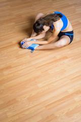 Junge Frau, Übungen auf Holzboden