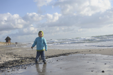 Deutschland, Mecklenburg- Vorpommern, Junge an Ostsee