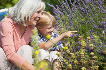 Deutschland, Bayern, Seniorin mit Jungen im Garten