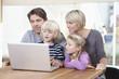 Deutschland, München, Familie mit Laptop