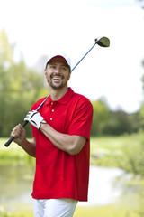 Deutschland, Bayern, Mann auf Golfplatz
