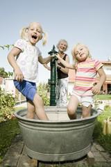 Deutschland, Bayern, Großmutter mit Kinder spielen
