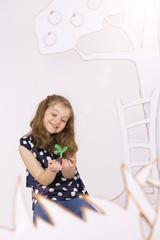 Mädchen halten junge Pflanze in der Hand