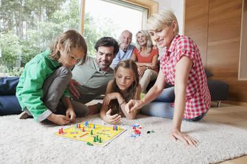 Deutschland, Nürnberg, Familie spielen Brettspiel zusammen